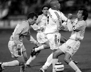 Роналдо продирается сквозь защитников