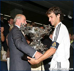 Рауль Гонсалес с трофеем Бернабеу
