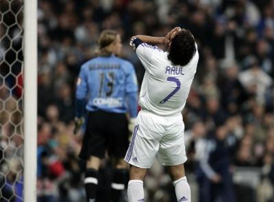 Рауль оплакивает нереализованный момент в матче с Валенсией