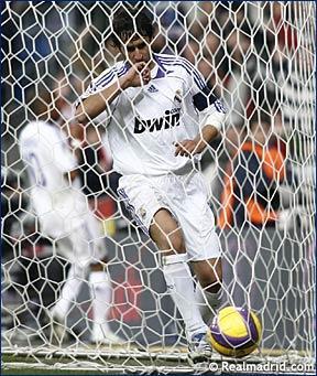 Рауль - капитан Реала Мадрид, по привычке лобзает палец