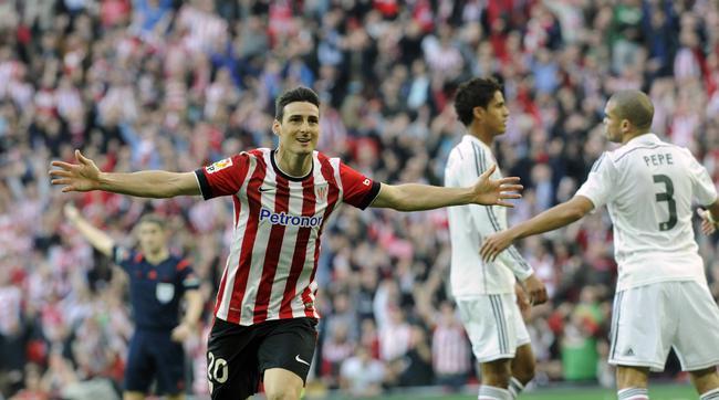 Ариц Адурис празднует гол в ворота
