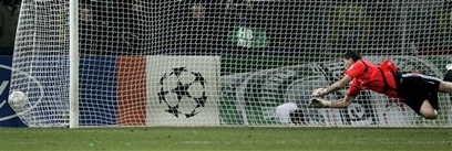 Касильяс пропускает мяч от Вердера