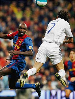Рауль забивает в ворота Барселоны